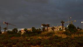 Buggiba,马耳他30 可以2019年-时间间隔建筑用起重机,不用workes在多雨黑暗的多云风暴日 股票视频