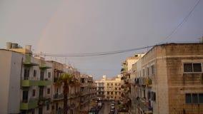 Buggiba, Malta 30 podem as construções 2019 residenciais do ower do arco-íris no dia tormentoso chuvoso nebuloso escuro filme