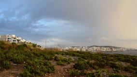 Buggiba, Malte 30 peuvent les bâtiments de faute 2019 foise et la grue de construction sans workes le jour orageux nuageux foncé  banque de vidéos