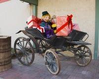 Buggy con i presente e l'elfo Immagine Stock