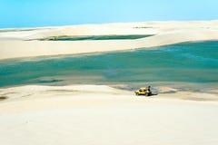 Buggy mit den Touristen, die durch das Wüste Jericoacoara Na reisen stockbilder