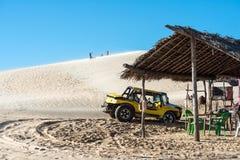 Buggy mit den Touristen, die durch das Wüste Jericoacoara Na reisen stockbild