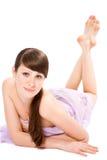 Bugia attraente del brunette nel salone di massaggio Fotografia Stock Libera da Diritti