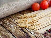 Bugia degli spaghetti su una tavola di legno Fotografia Stock