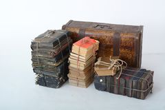 Bugia dei vecchi libri accanto alla vecchia valigia Fotografia Stock