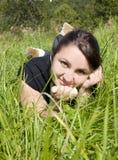 Bugia della ragazza su un'erba Fotografie Stock