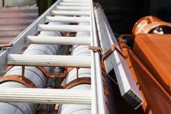Bugia della scala e dell'uscita di sicurezza sull'autopompa antincendio sui sostegni fotografia stock