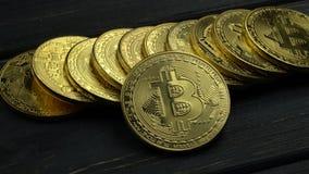 Bugia di commercio elettronico di cryptocurrency del bitcoin delle monete di oro sulla tavola grigia Fine in su stock footage