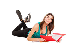 Bugia isolata dello studente sul pavimento con il libro Fotografie Stock
