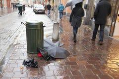 Bugia rotta degli ombrelli nella via Giorno piovoso Fotografia Stock Libera da Diritti