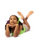 Bugia sveglia della bambina sul pavimento immagine stock libera da diritti