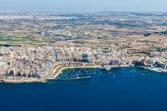 Bugibba镇,圣保罗的海湾鸟瞰图在这个区域北部地区,马耳他 与散步的普遍的旅游胜地目的地 免版税图库摄影