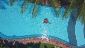 Bugie della donna sull'anello che fa i cerchi dell'acqua stock footage