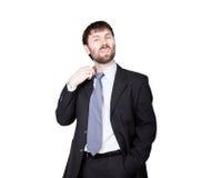 Bugie di diffidenza di gesti Linguaggio del corpo uomo in vestito, gesto che tira il collare Isolato su priorità bassa bianca immagini stock libere da diritti
