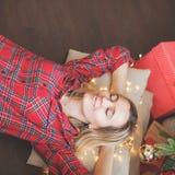 Bugie e sogni della donna sotto l'albero di Natale immagine stock