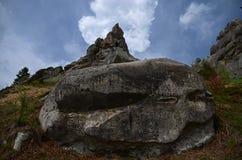 Bugie grige di pietra enormi di Billcycle su un fondo del cielo blu scuro del fulmine fotografia stock libera da diritti
