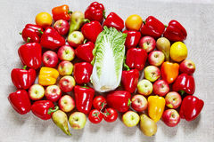 Bugie mature saporite delle verdure e della frutta su una tela Fotografie Stock Libere da Diritti