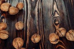 Bugie nutrienti ed utili del dado su legno marrone Fotografia Stock