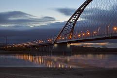 Bugrinsky-Brücke, die zum Horizont ausdehnt lizenzfreies stockfoto