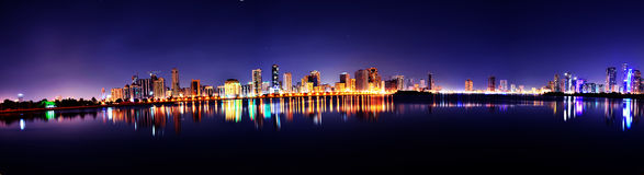 Buheirah Corniche Sharjah panorama på natten royaltyfria bilder
