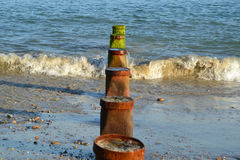 Buhnen an einem Strand in West-Sussex in England Lizenzfreie Stockbilder