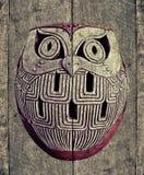 buho en la madera vieja de la textura Imagenes de archivo