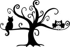 Buho y gato de noche de Víspera de Todos los Santos en árbol