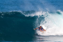 Buhonero de Kalani que practica surf en los amos de la tubería Imagen de archivo