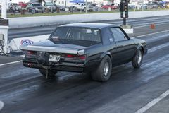 Buick-belemmeringsauto op het spoor Stock Foto's