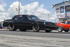 Buick-belemmeringsauto op het spoor Stock Foto