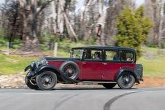 1930 Buick 6 butli sedanu jeżdżenie na wiejskiej drodze Zdjęcie Royalty Free