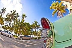 Buick från 1954 stativ som dragning på havdrevet i södra Miami, Florida, USA arkivbild
