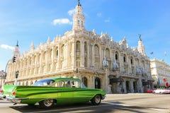 Buick Lesabre на перекрестках около большого театра Гаваны стоковые фото