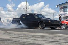 Buick op het spoor die een rook maken tonen Stock Fotografie