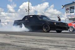 Buick op het spoor die een rook maken tonen Stock Afbeeldingen