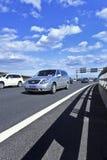 Buick på motorvägen till Pekingden huvudinternationella flygplatsen Royaltyfri Foto