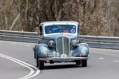 1935 Buick 46S Coupe jeżdżenie na wiejskiej drodze Obraz Royalty Free