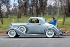 1935 Buick 46S Coupe jeżdżenie na wiejskiej drodze Zdjęcie Stock