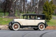 1925 Buick sedanu jeżdżenie na wiejskiej drodze Fotografia Royalty Free