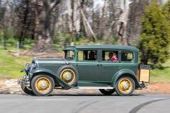 1930 Buick 8 sedanu jeżdżenie na wiejskiej drodze Fotografia Royalty Free