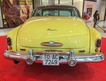 Buick 1949 superbe dans jaune et blanc crèmes photographie stock