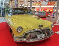 Buick toppen 1949 i kräm- gult och vitt royaltyfri foto