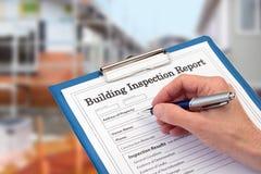 Buiding inspektor uzupełnia wizytacyjną formę na schowku Obrazy Stock