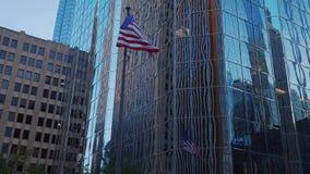 Buidling moderno dell'ufficio e Falg degli Stati Uniti a Oklahoma City - U.S.A. 2017 stock footage