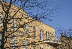 Buidlings в Лондоне и голубом небе, желтых плитках Стоковая Фотография