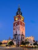 buidning在背景中的城镇厅和Sukiennice的塔 库存图片