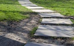 Buig de weg van betontegels op een Zonnige dag stock afbeelding