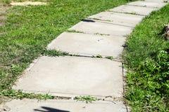 Buig de weg van betontegels op een Zonnige dag stock foto's