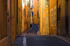 Buig straten in het oude havendeel van Marseille stock afbeelding