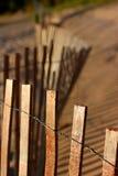 Buigende omheining op strand Stock Afbeeldingen